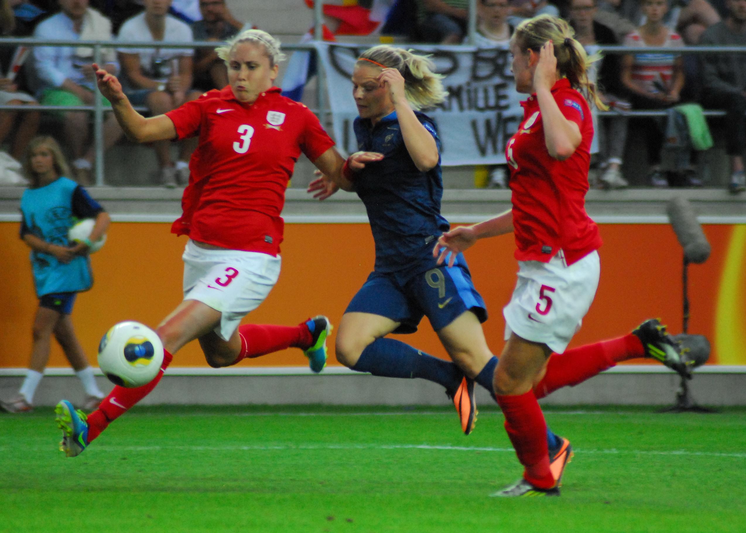 Nicht zu halten: Eugénie Le Sommer (Mitte) leitete mit ihrem Treffer den Sieg der Französinnen gegen England ein. Foto: hj-media