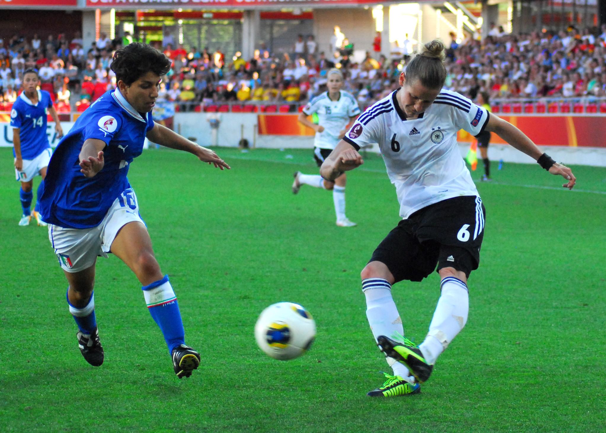 Kaum zu halten: Simone Laudehr (rechts) war die entscheidende Sielerin beim 1:0-Sieg der Deutschen über Italien. Und das nicht nur wegen ihres Tores. Foto: hj-media