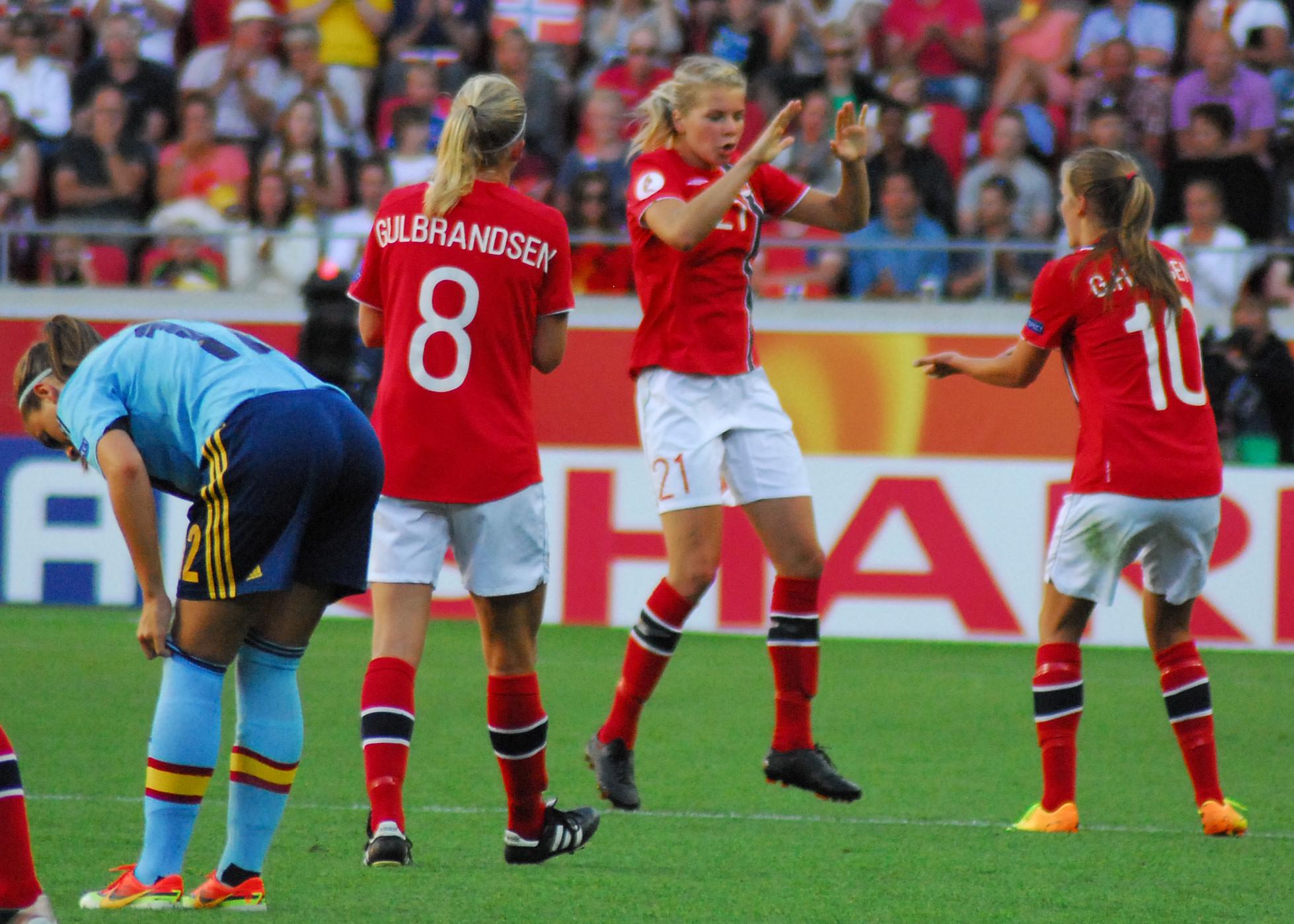 Grund zum Feiern: Solveig Gulbrandsen, Ada Hegerberg und Maren Mjelde stehen mit Norwegen im Halbfinale. Foto: hj-media